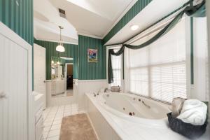 9_Shady_Lane_Apartment_Bathroom_1