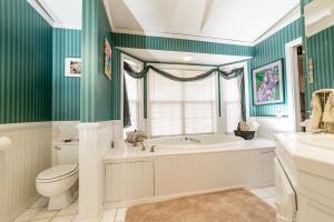 9_Shady_Lane_Apartment_Bathroom_3