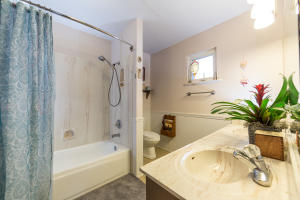 9_Shady_Lane_Master_Suite_Bathroom