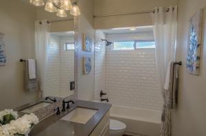 Mariposa_HDR_Bathroom_3