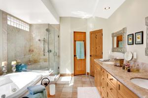 Master Bathroom w/Jetted Tub