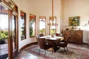 Window-filled Curved wall in Dining Area