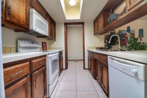 16-Kitchen - toward the Laundry Room