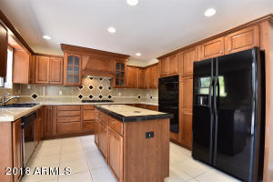 Kitchen w/upgraded cabinetry