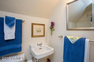 915 W Lynwood hall bath