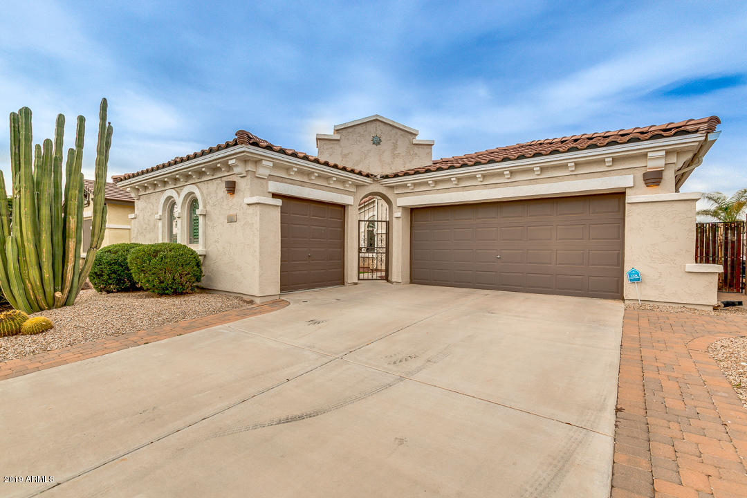 Photo of 872 E LA COSTA Place, Chandler, AZ 85249