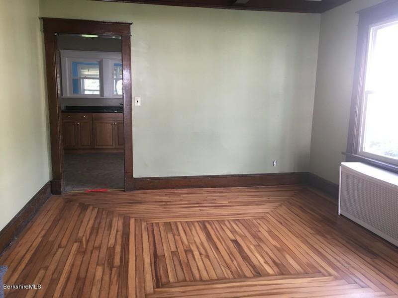 251-430285 Dining Room 3