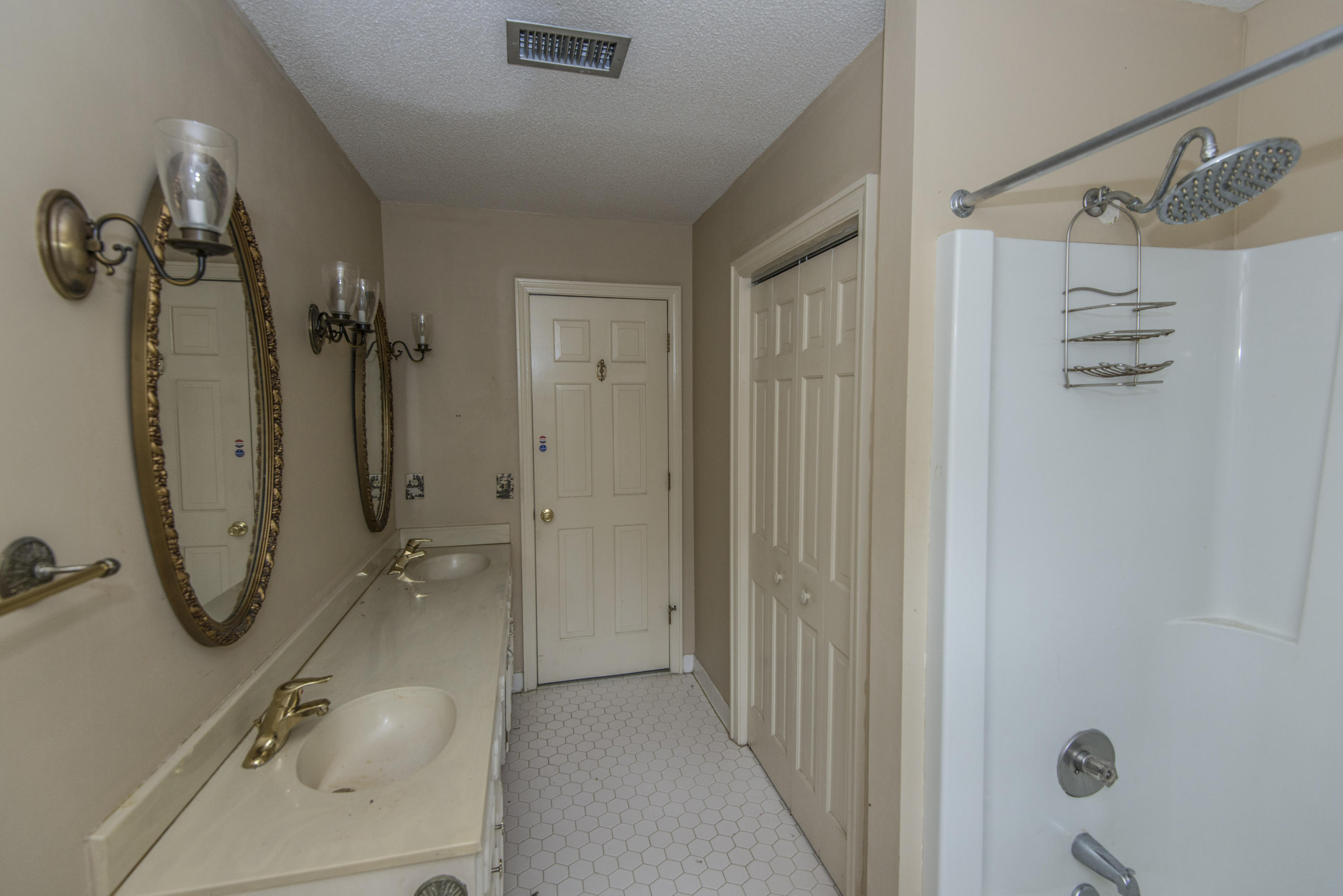 Photo of 400 Lakeview Dr, Summerville, SC 29485