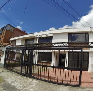Casa En Venta En Bogota, Pontevedra, Colombia, CO RAH: 17-64