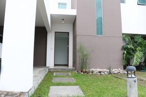 Casa En Venta En Santa Ana, Santa Ana, Costa Rica, CR RAH: 16-451