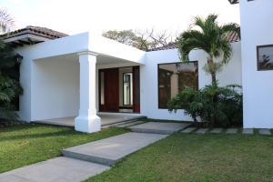 Casa En Venta En Santa Ana, Santa Ana, Costa Rica, CR RAH: 17-44