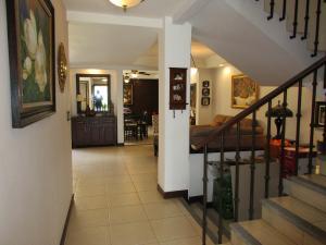 Casa En Venta En Santa Ana, Santa Ana, Costa Rica, CR RAH: 17-110