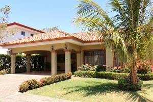 Casa En Venta En Santa Ana, Santa Ana, Costa Rica, CR RAH: 17-114