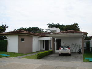 Casa En Venta En Pozos, Santa Ana, Costa Rica, CR RAH: 17-644