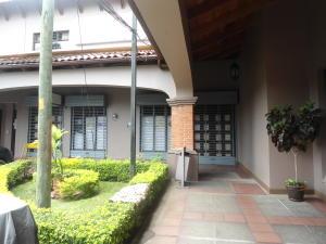 Local Comercial En Alquileren Trejos Montealegre, Escazu, Costa Rica, CR RAH: 17-656