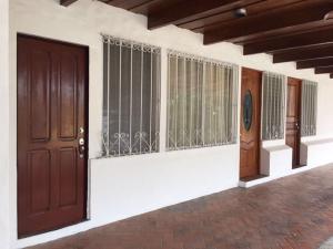 Apartamento En Alquileren Guachipelin, Santa Ana, Costa Rica, CR RAH: 17-1011