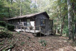 独户住宅 为 销售 在 1592 Cardinal Hill 1592 Cardinal Hill Hide Away Hills, 俄亥俄州 43107 美国