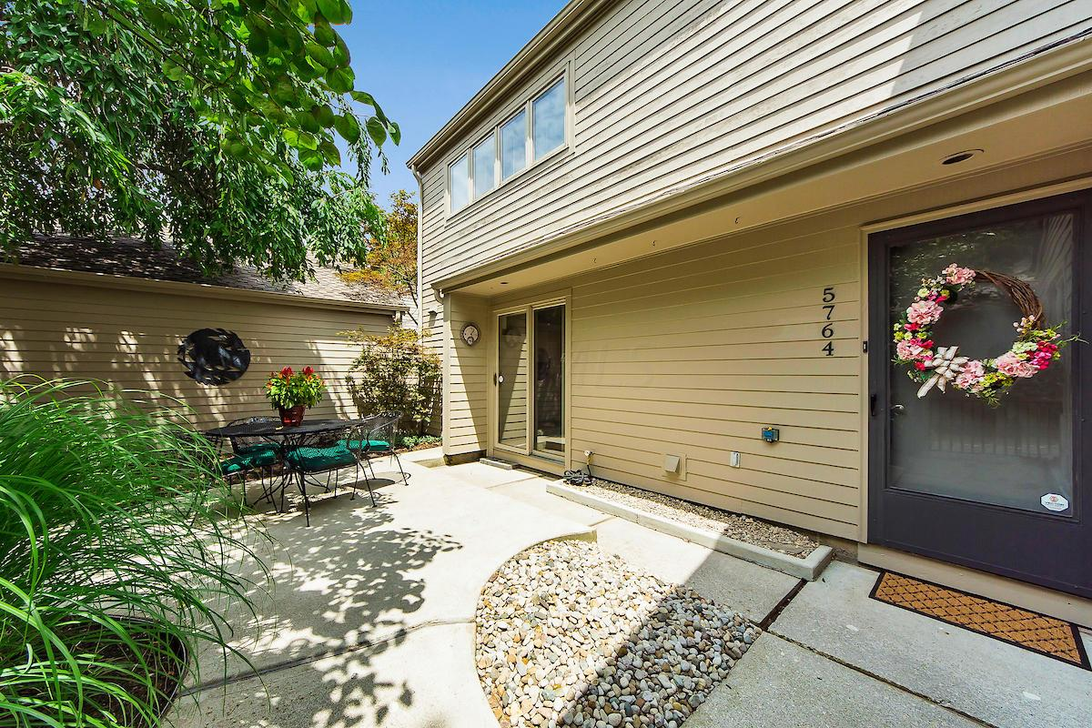 Photo of home for sale at 5764 Strathmore Lane, Dublin OH