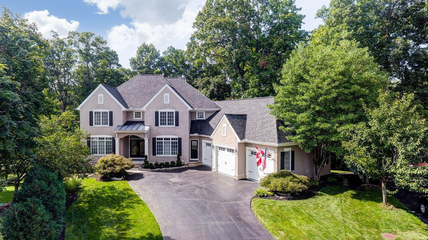 Photo of home for sale at 5598 Twin Lakes Court, Westerville OH