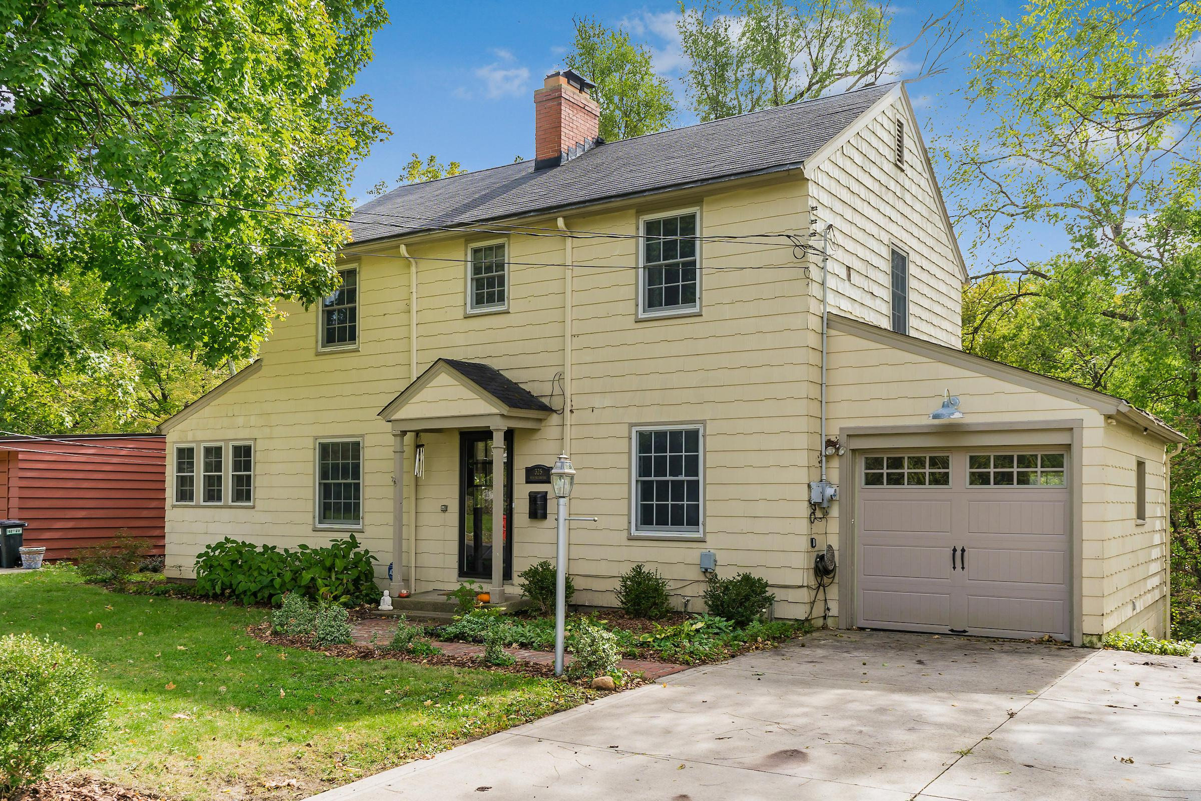 Photo of home for sale at 325 New England Avenue E, Worthington OH