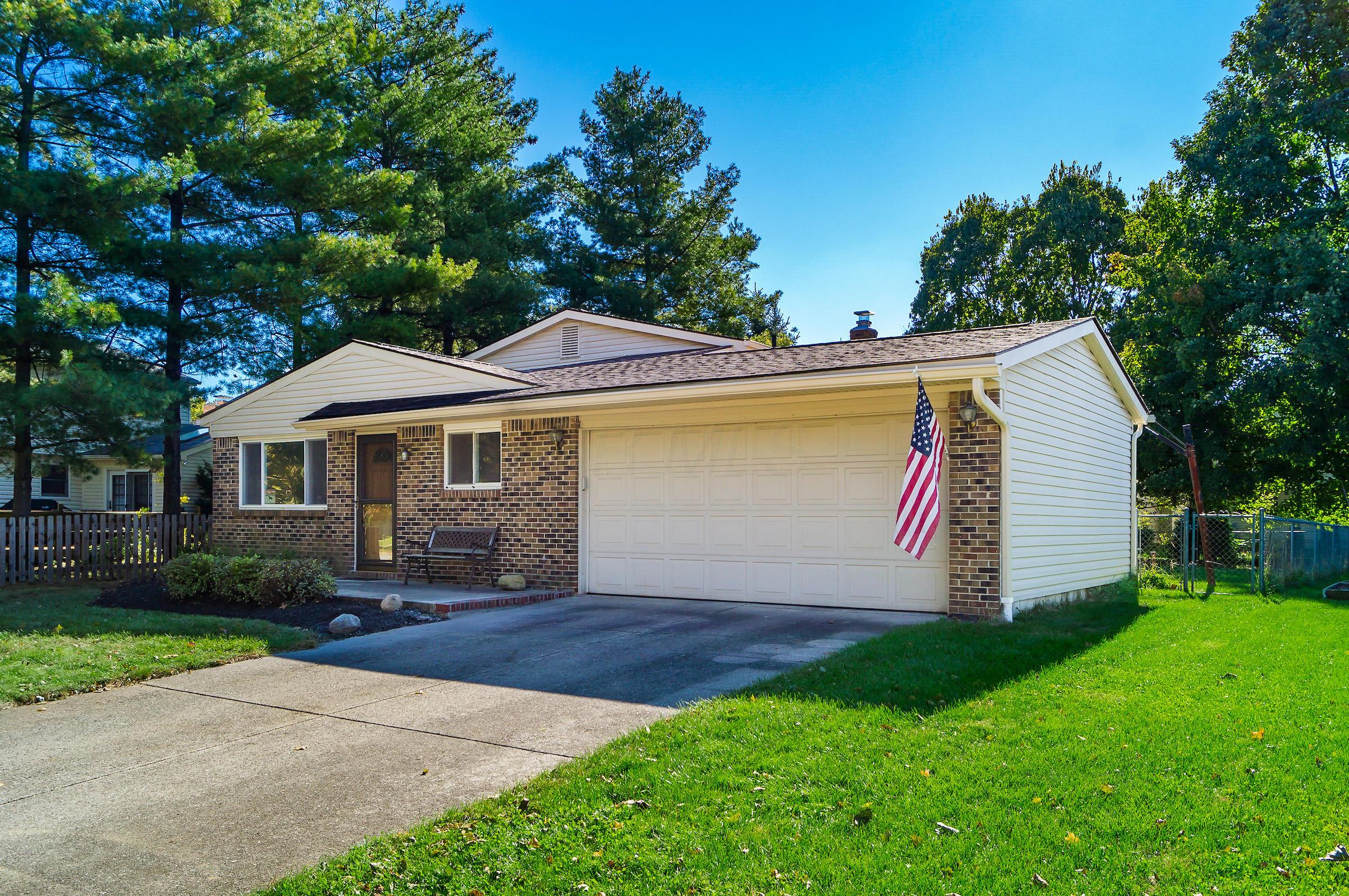 Photo of home for sale at 1917 Queensbridge Drive, Columbus OH