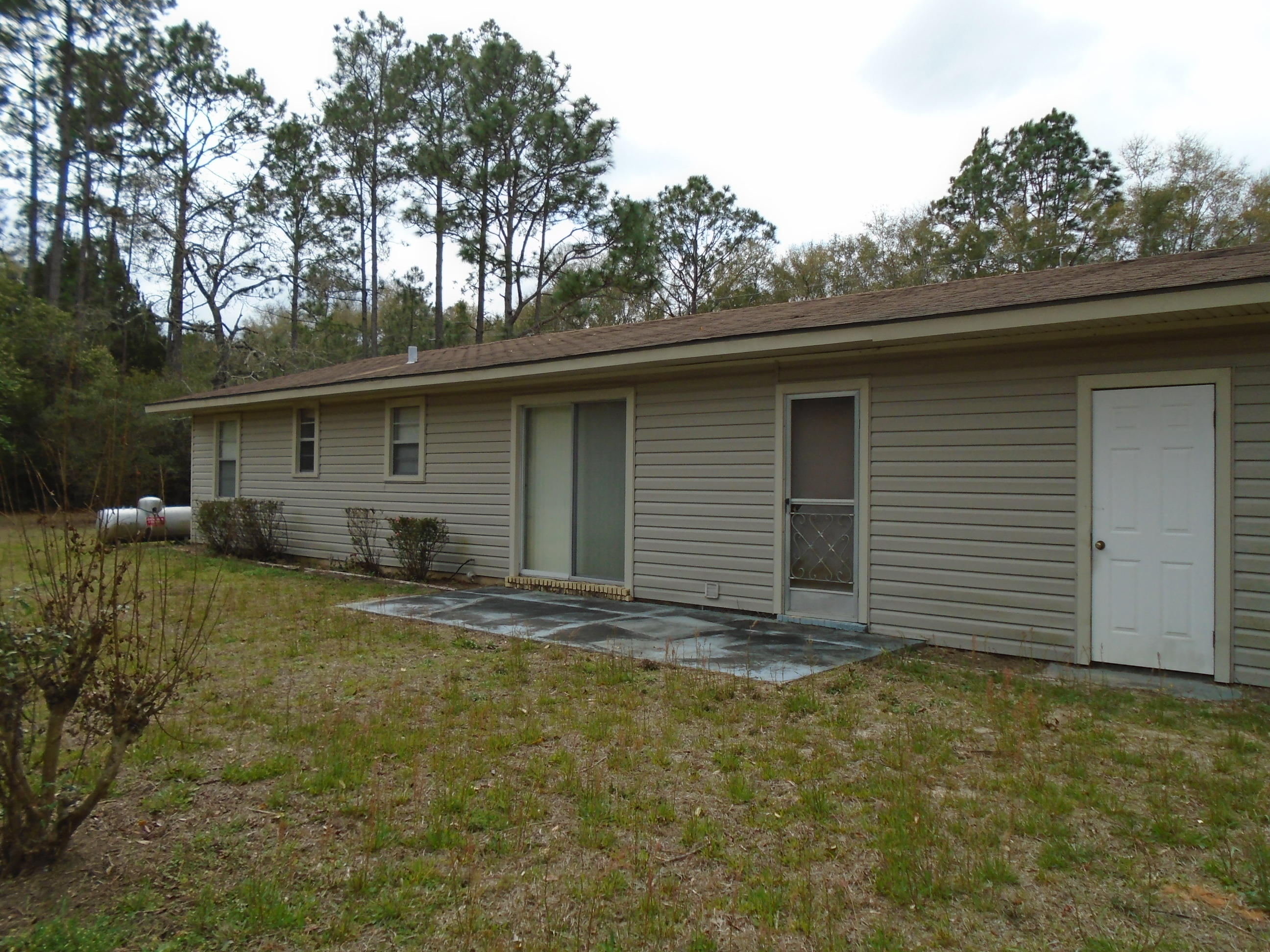 Photo of home for sale at 476 Davis, Defuniak Springs FL
