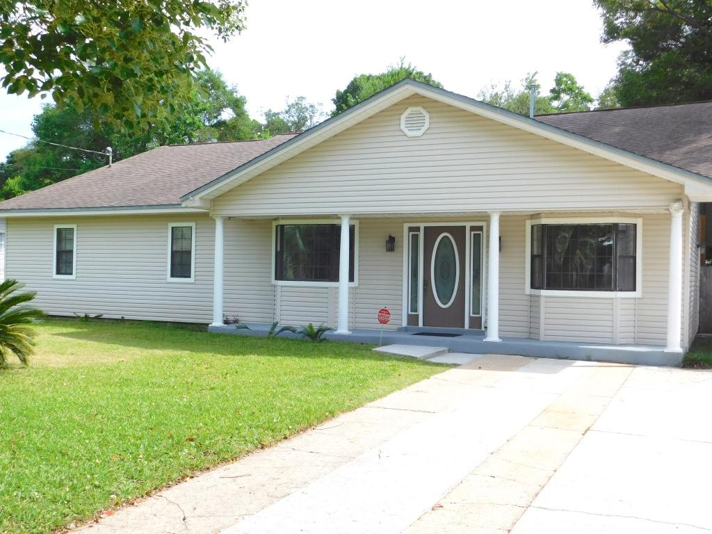 Photo of home for sale at 216 Forest, Fort Walton Beach FL