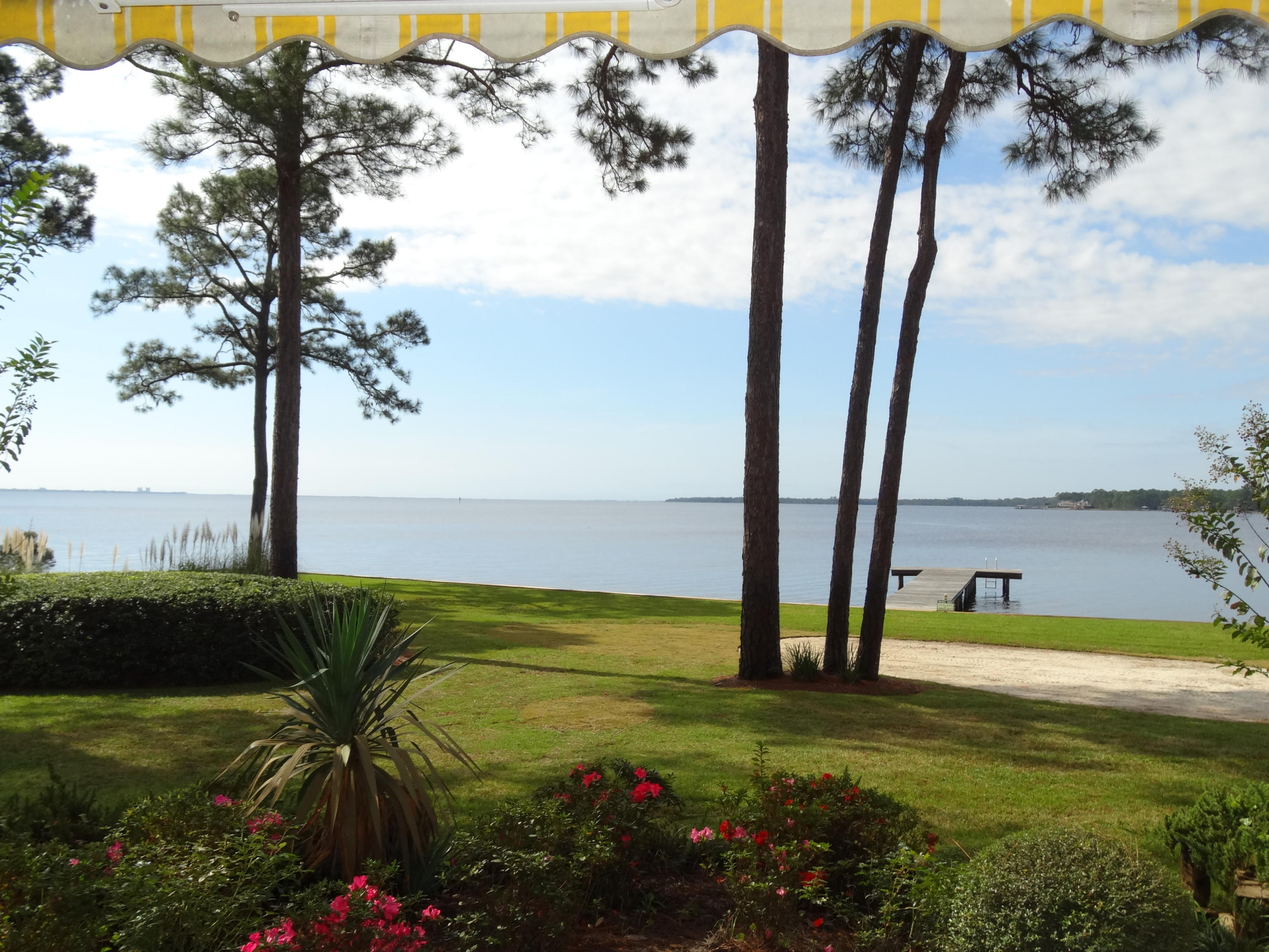 Photo of home for sale at 48 Marina Cove Dr, Niceville FL