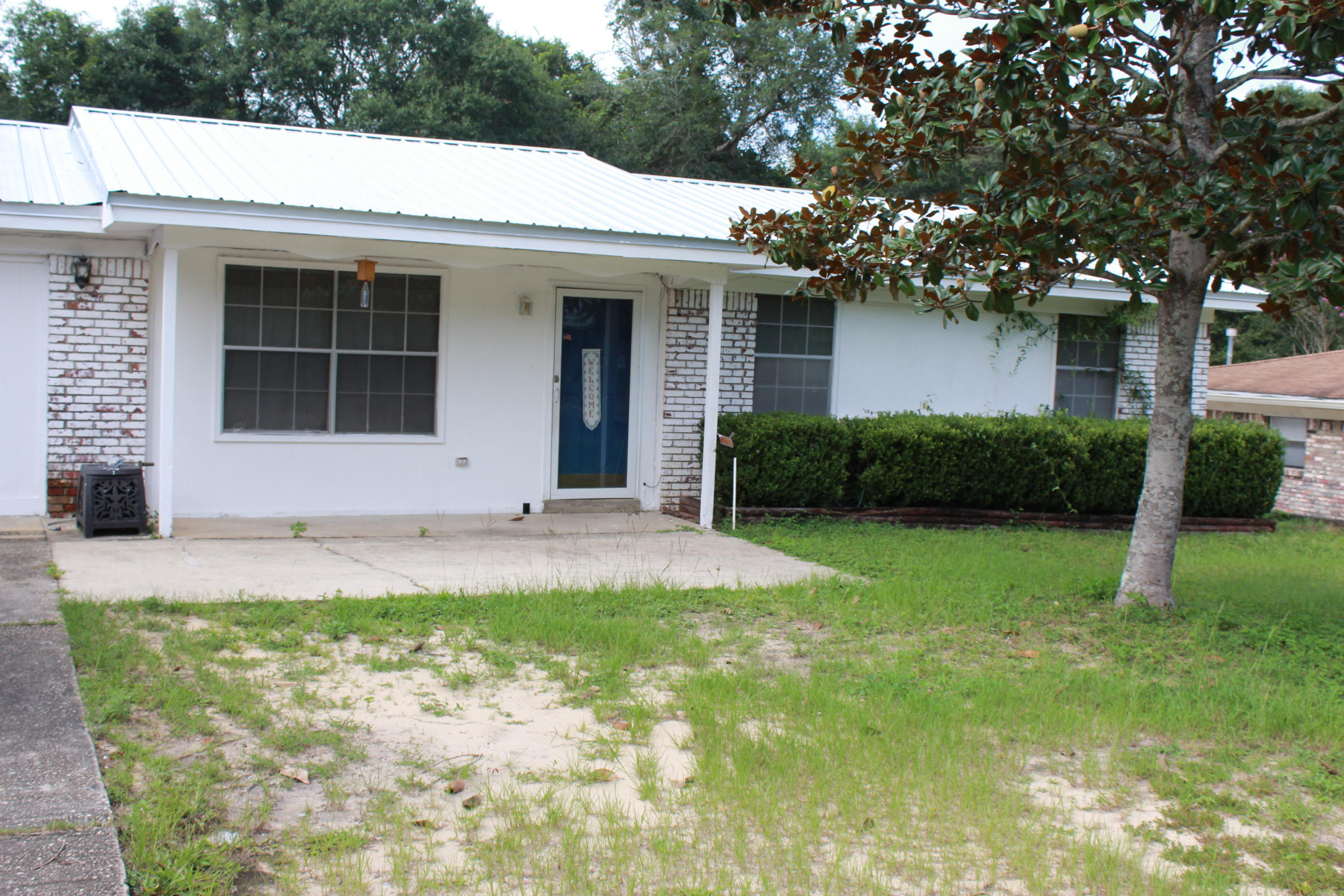 Photo of home for sale at 430 Muskegon, Valparaiso FL