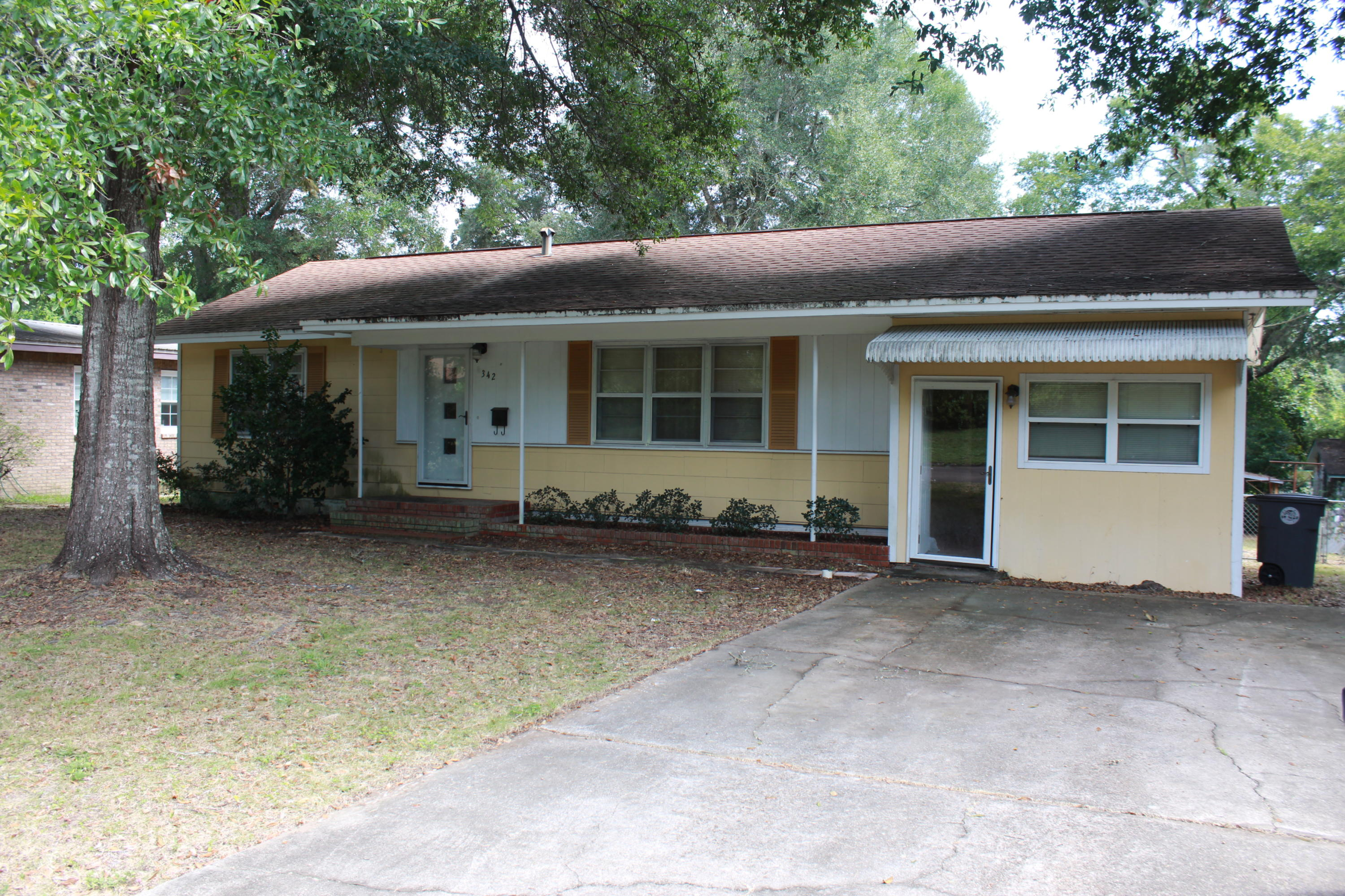 Photo of home for sale at 342 Illinois, Valparaiso FL