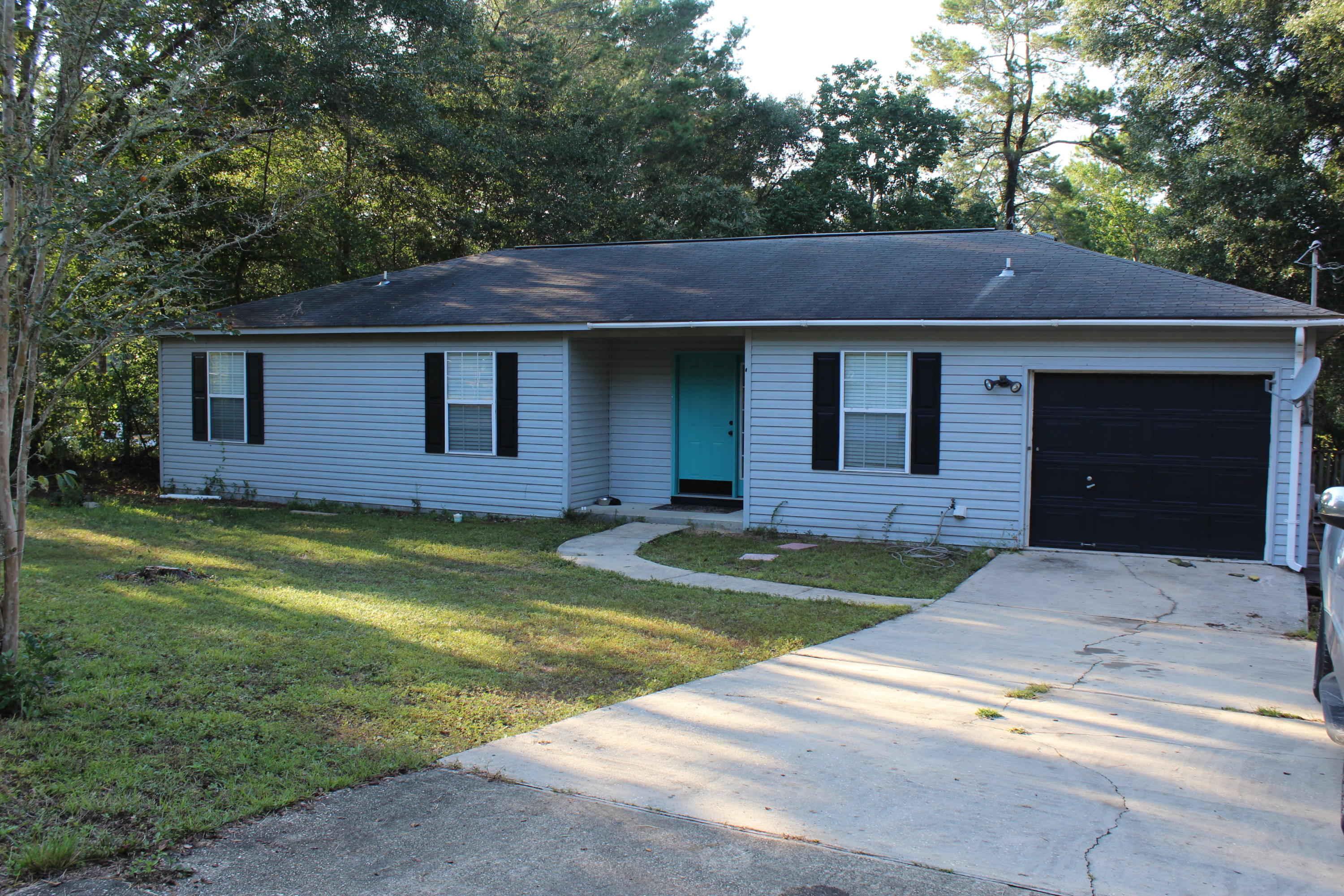 Photo of home for sale at 410 Escanaba, Valparaiso FL