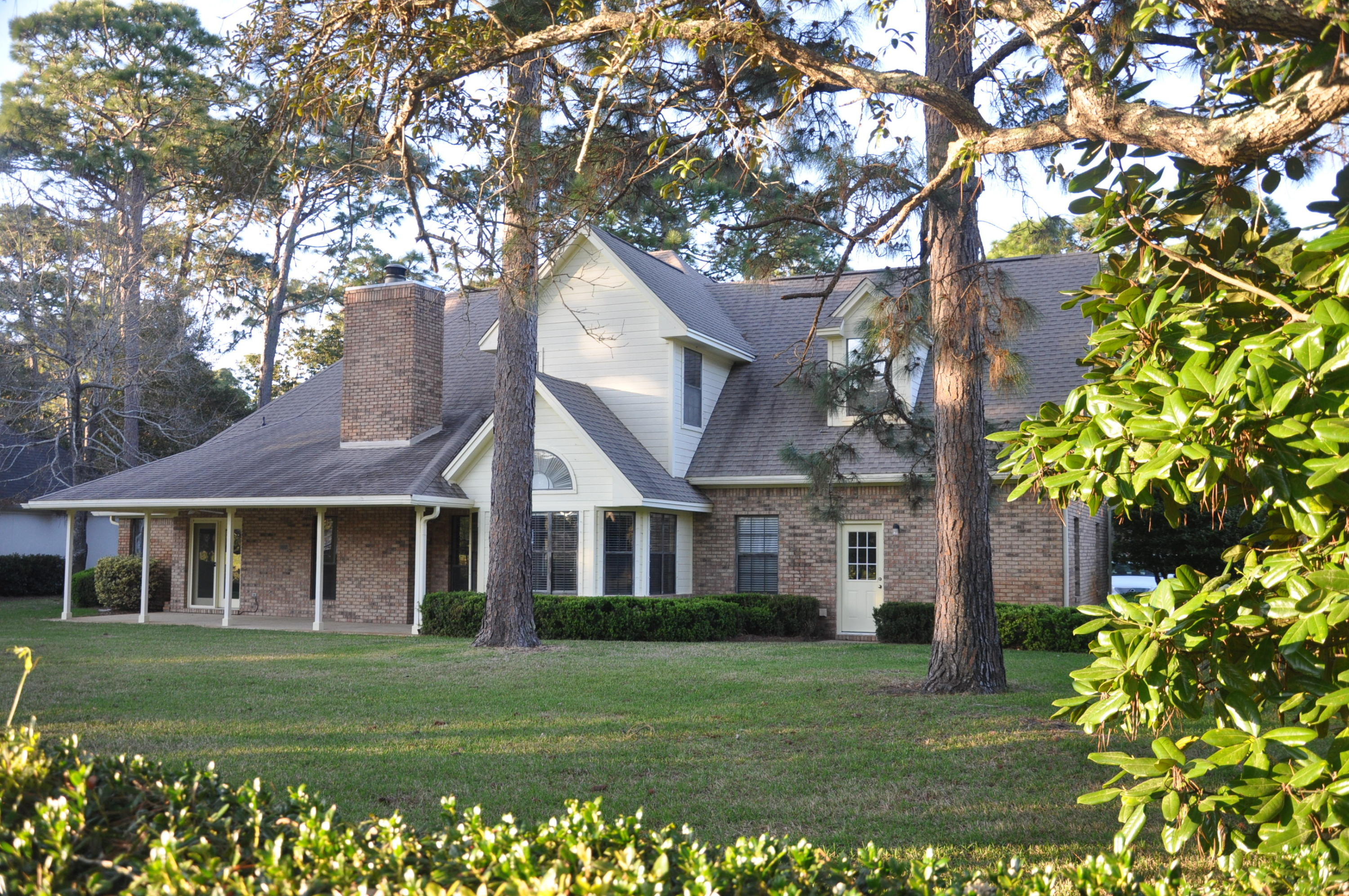 Photo of home for sale at 11 Southwind, Niceville FL