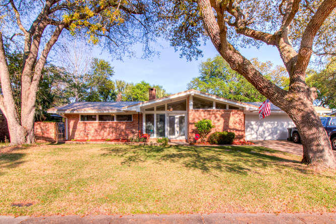 Photo of home for sale at 616 Fairway, Fort Walton Beach FL