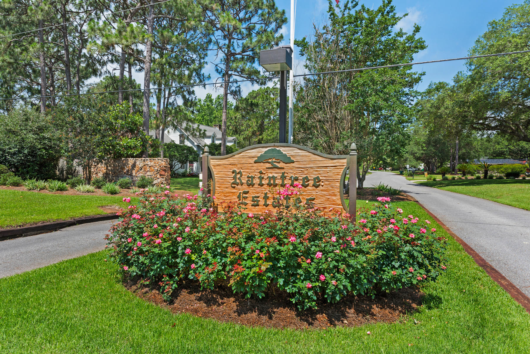 Photo of home for sale at 210 Hampton S, Niceville FL
