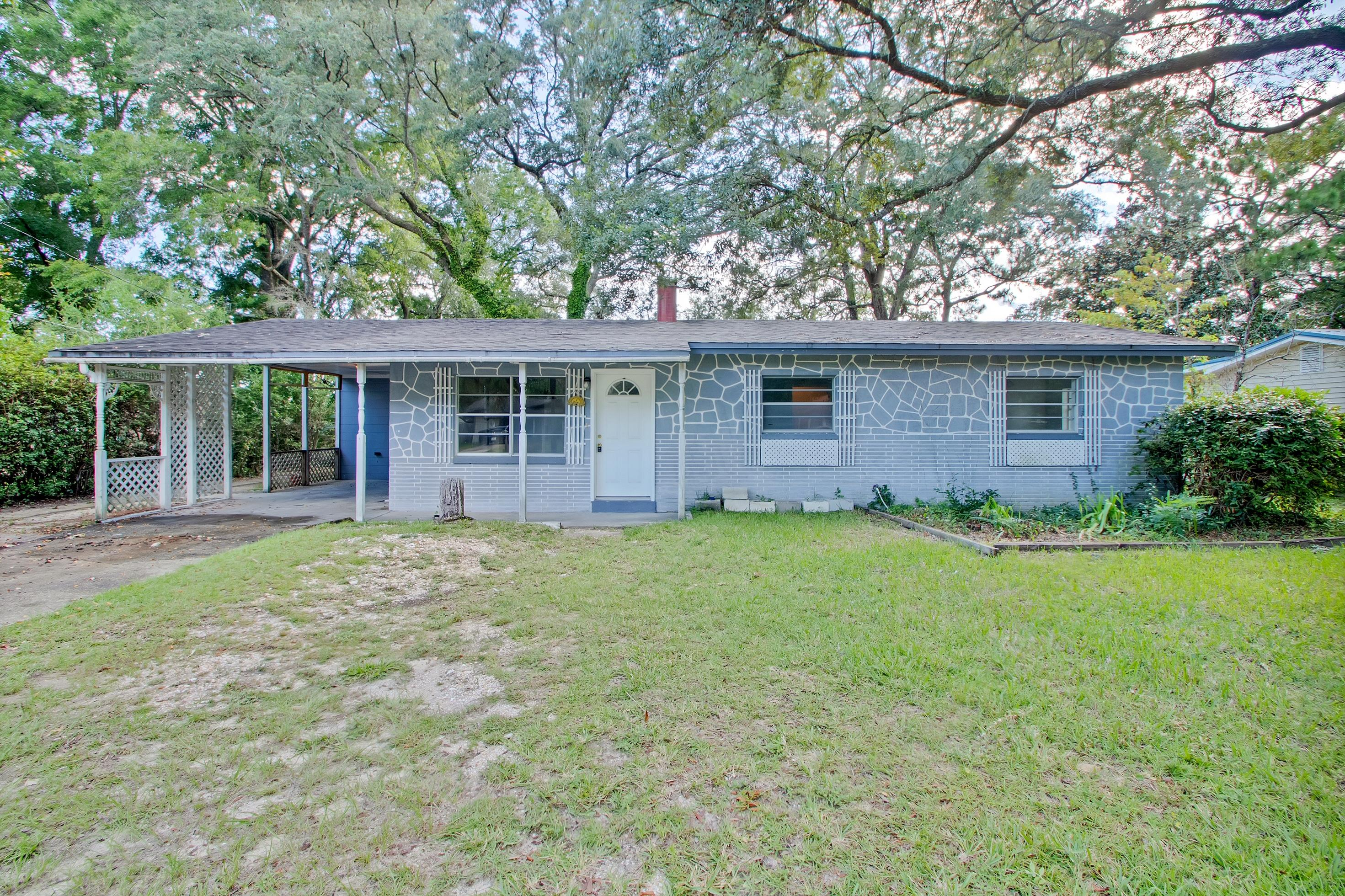 Photo of home for sale at 429 Edge, Valparaiso FL