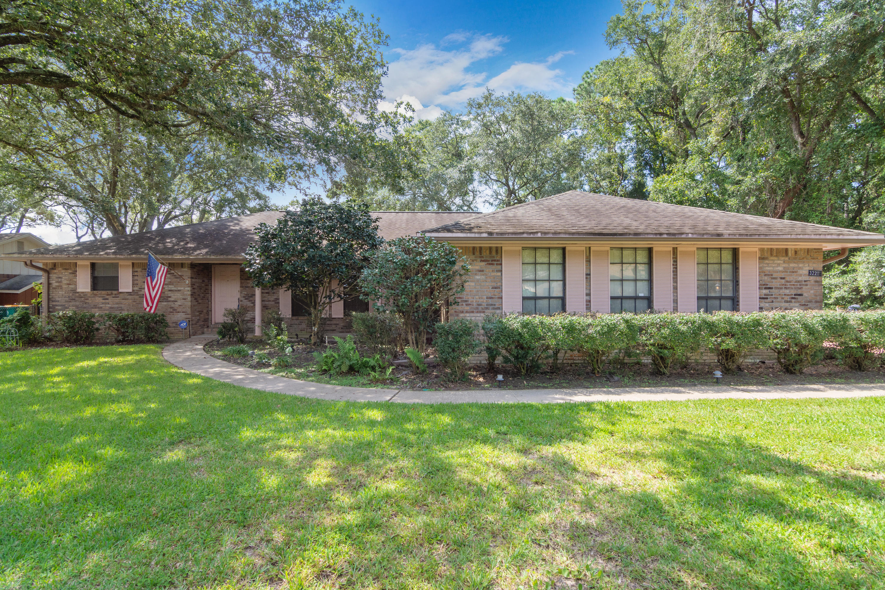 Photo of home for sale at 322 Cloverdale, Fort Walton Beach FL