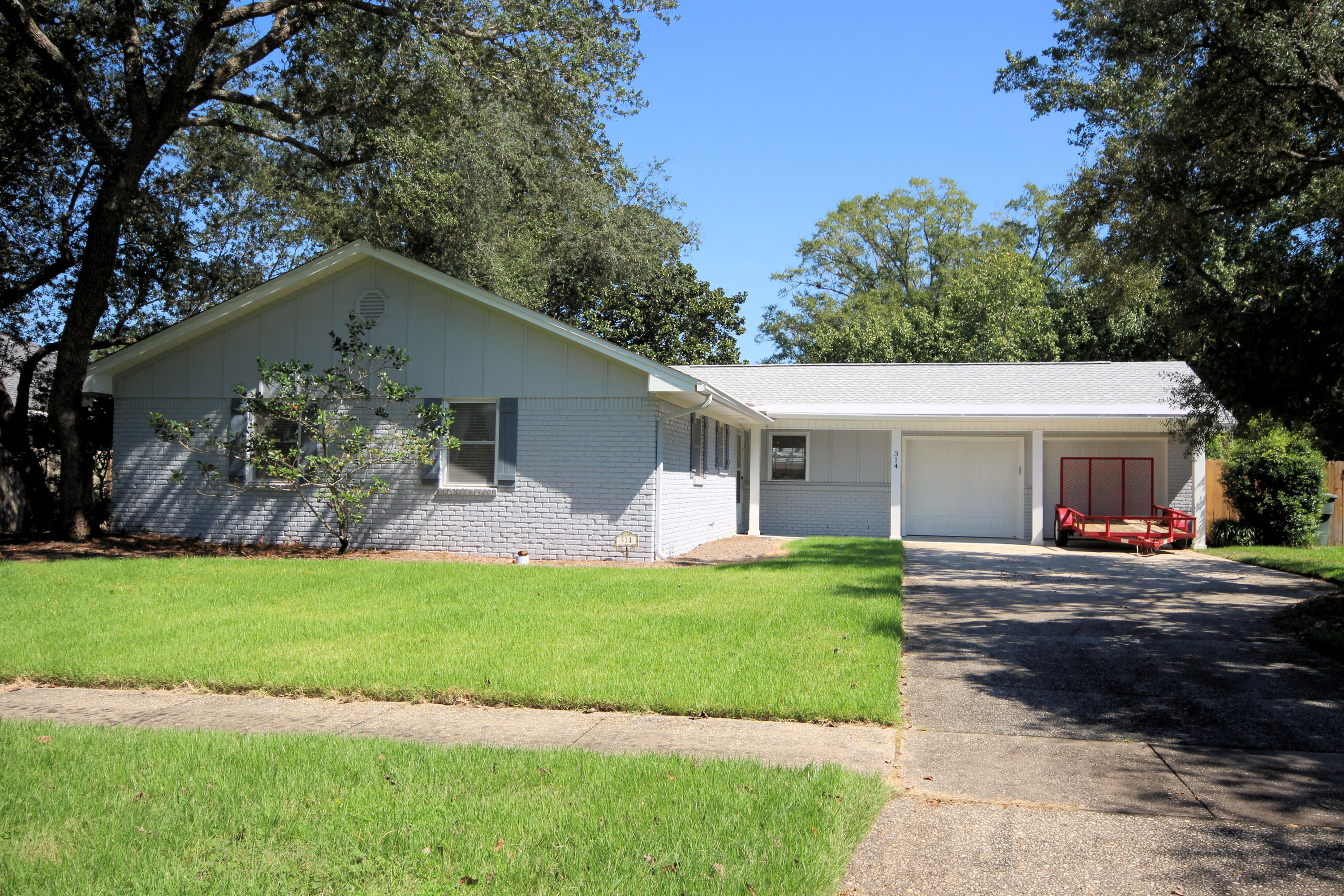 Photo of home for sale at 314 Briarwood, Fort Walton Beach FL