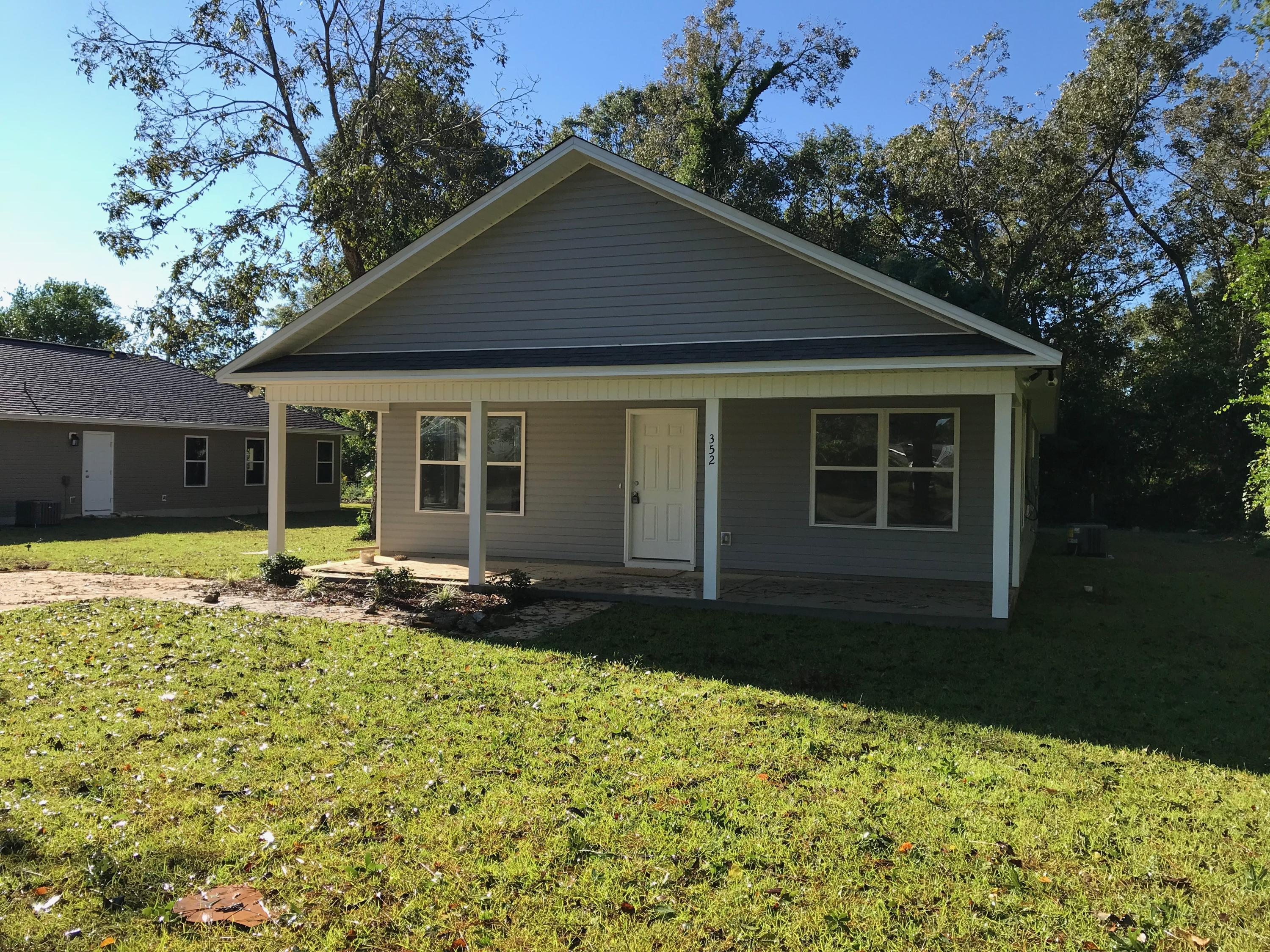 Photo of home for sale at 352 Park, Defuniak Springs FL