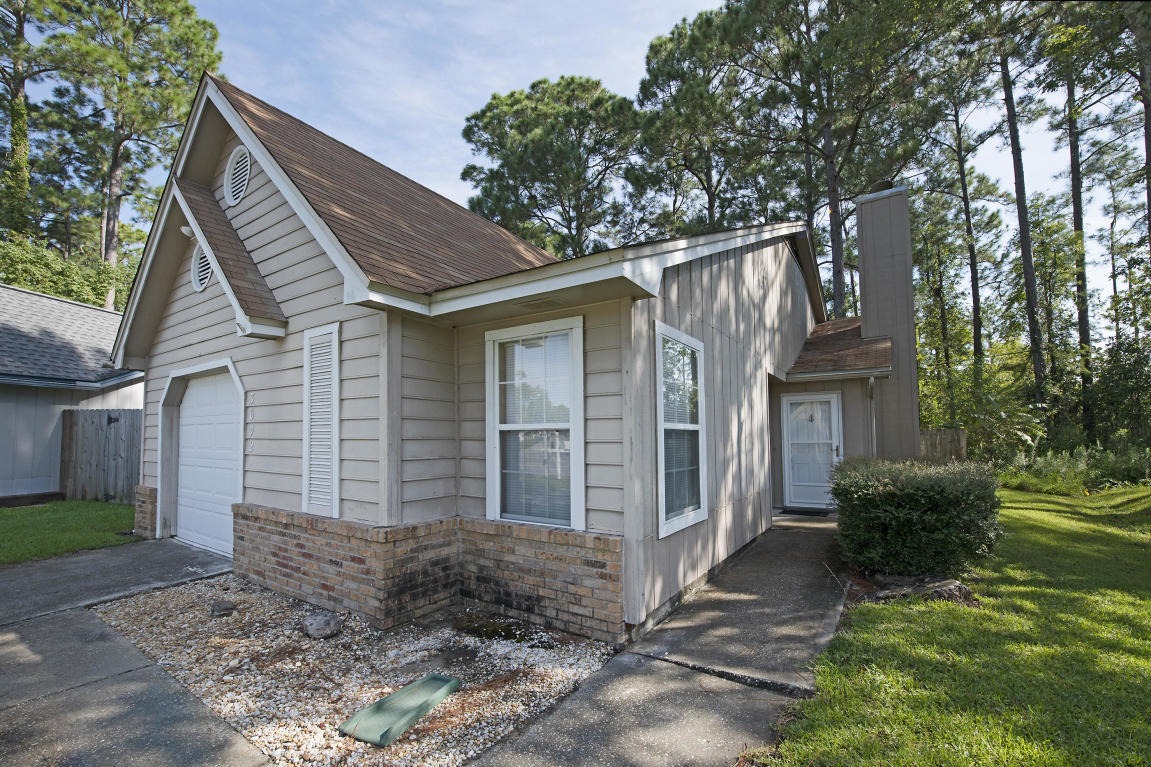 Photo of home for sale at 3042 Yorktown, Fort Walton Beach FL