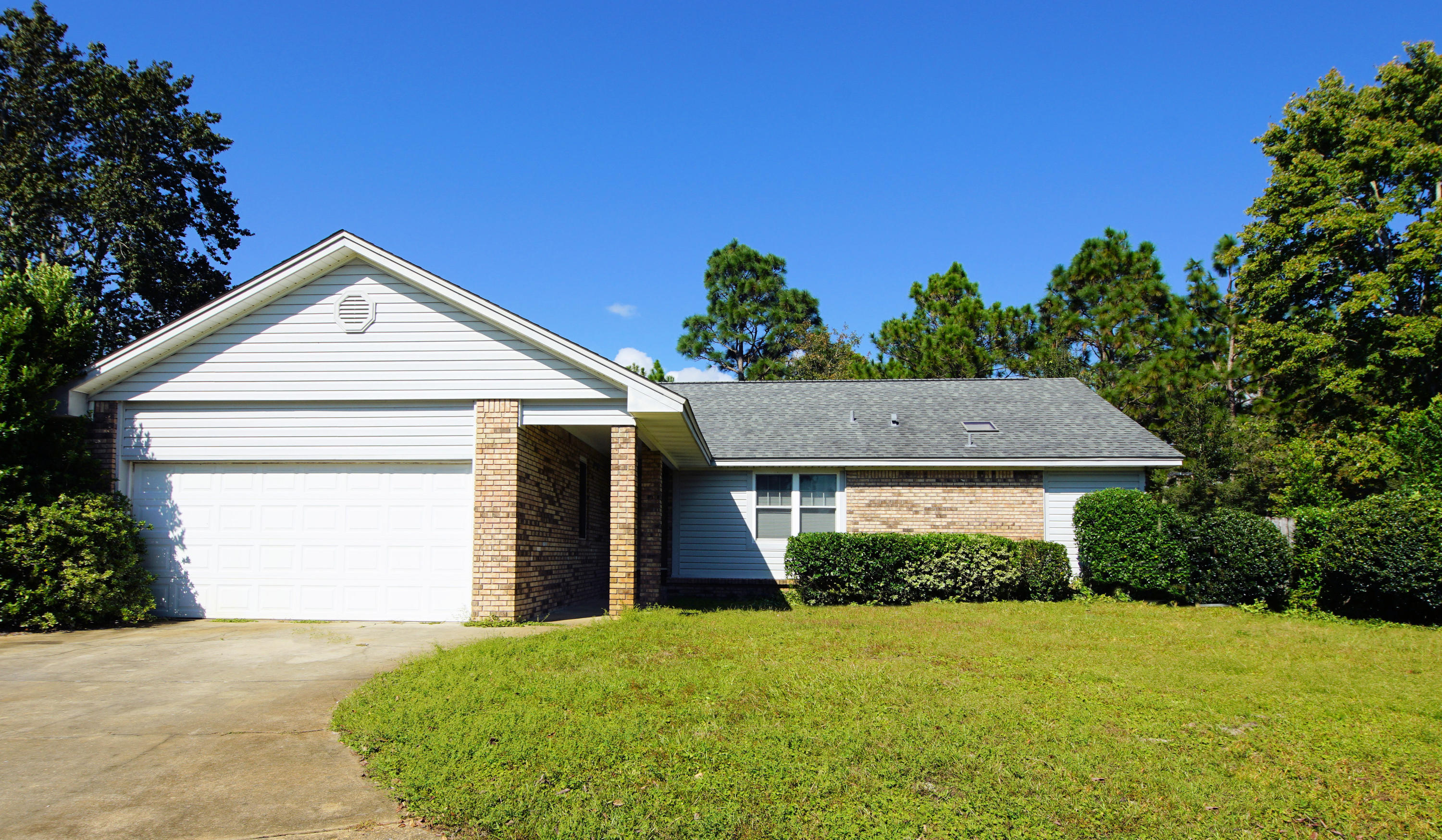 Photo of home for sale at 2232 Calle De Pizzaro, Navarre FL