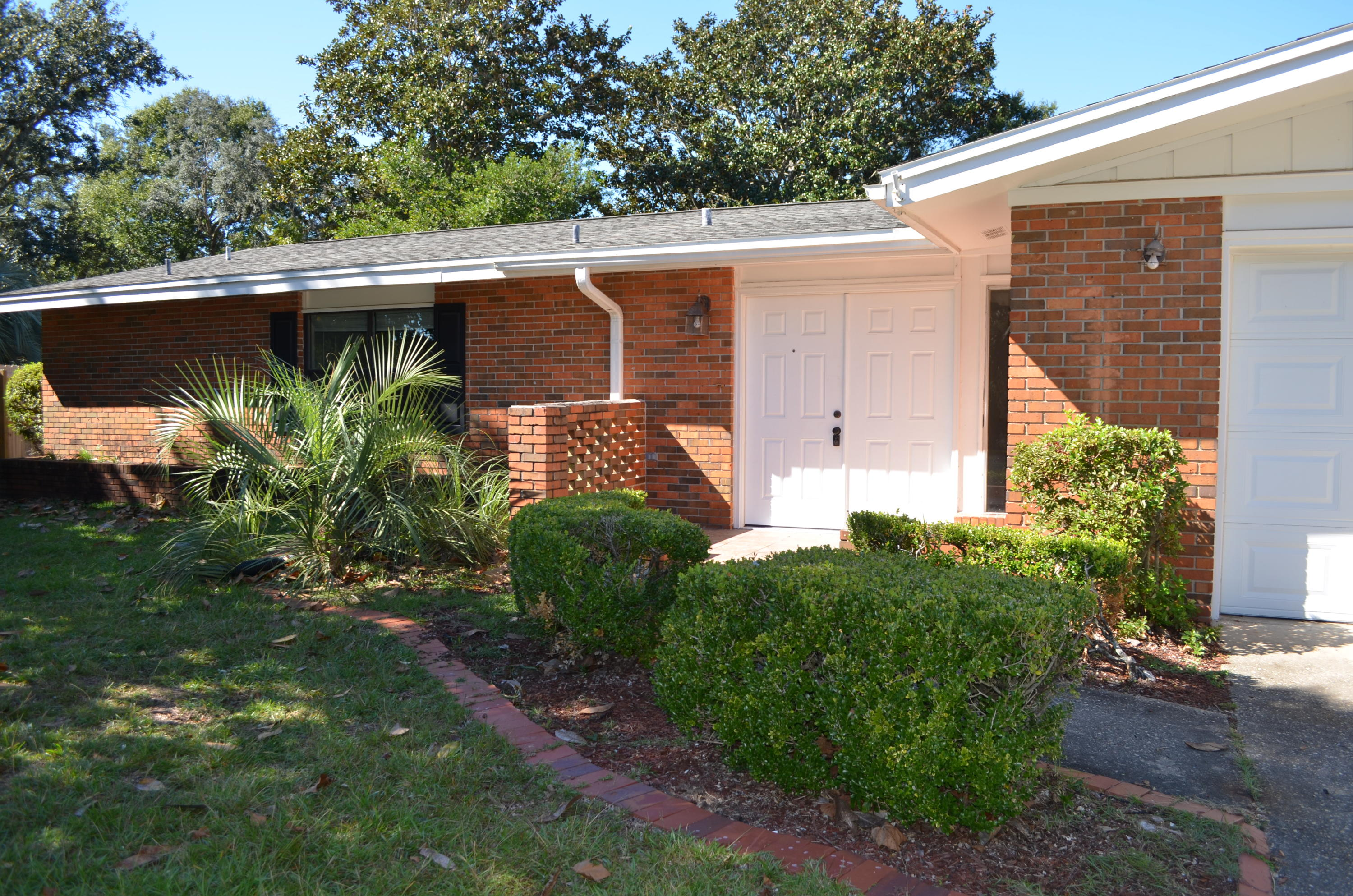 Photo of home for sale at 657 Merioneth, Fort Walton Beach FL