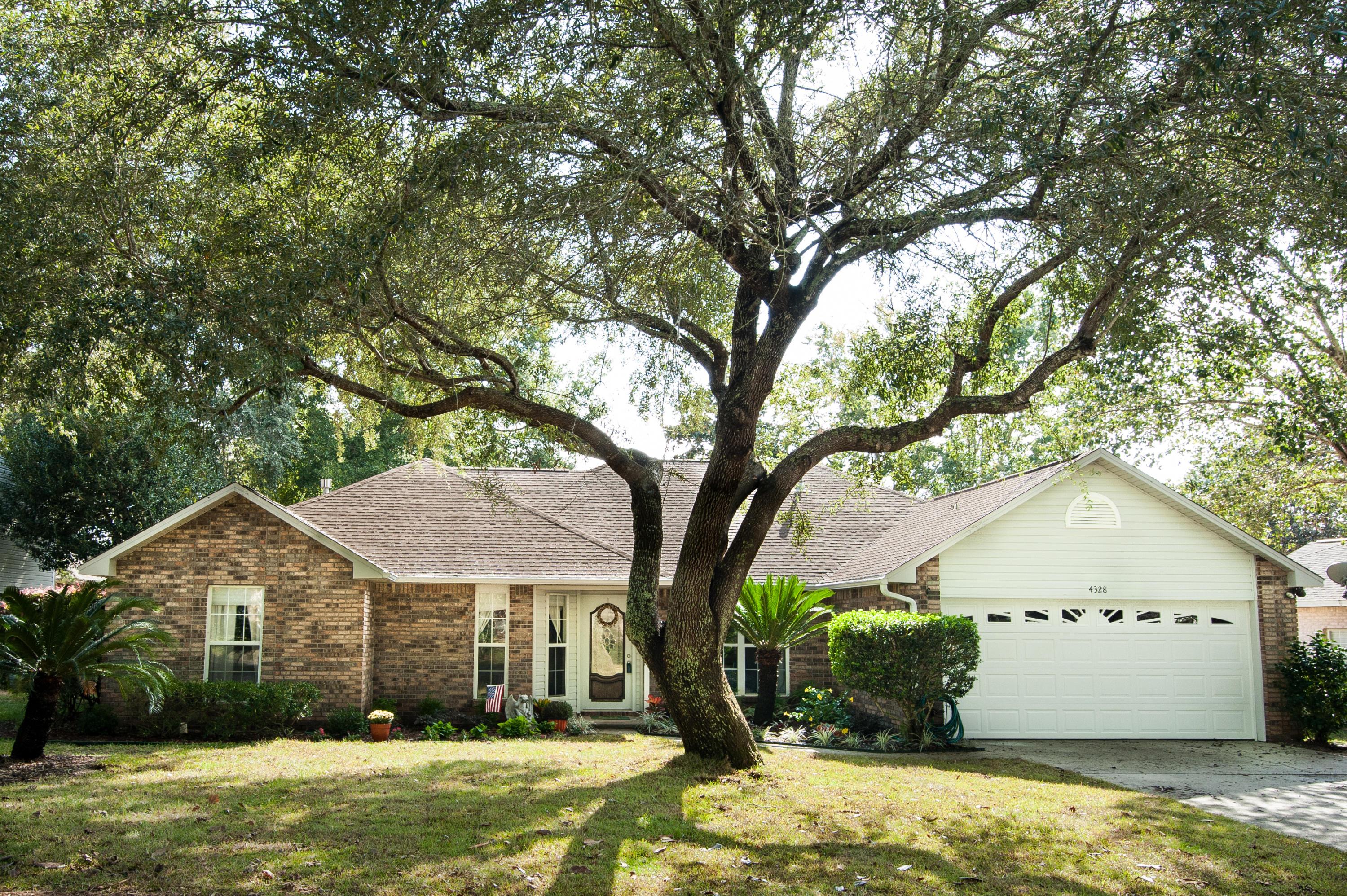 Photo of home for sale at 4328 Hidden Lakes Dr, Niceville FL