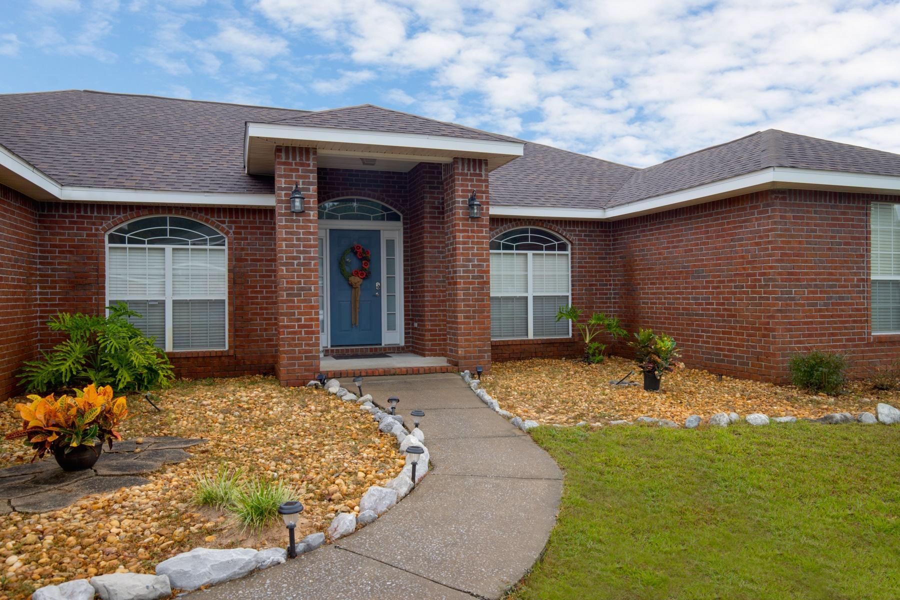 Photo of home for sale at 6816 Yorkwood, Navarre FL