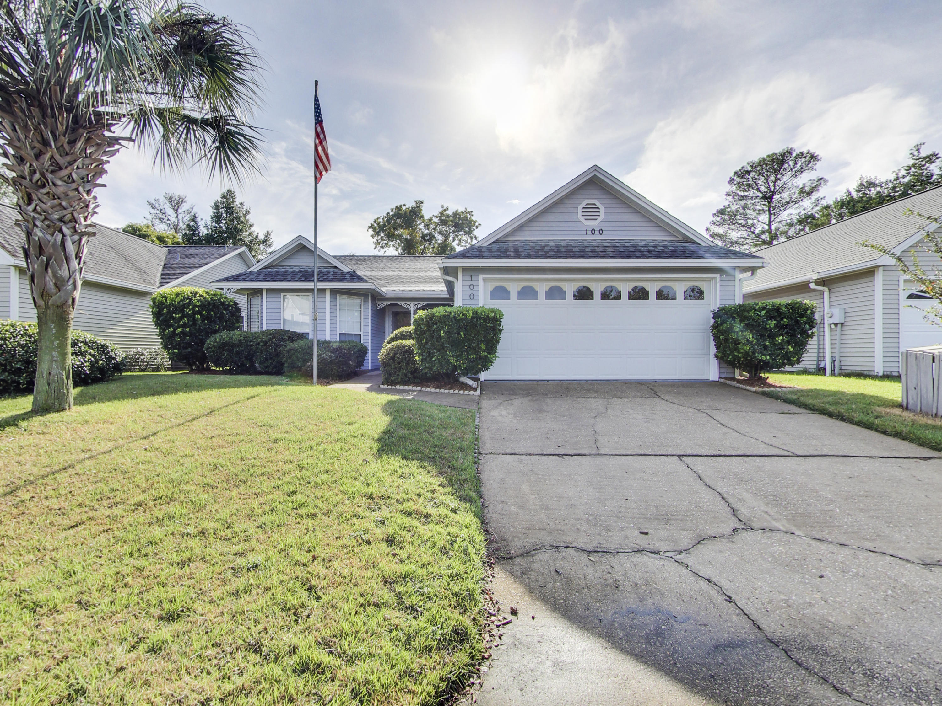 Photo of home for sale at 100 Meadowbrook, Niceville FL