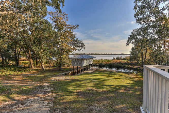 Photo of home for sale at 541 Pitts Bayshore, Freeport FL