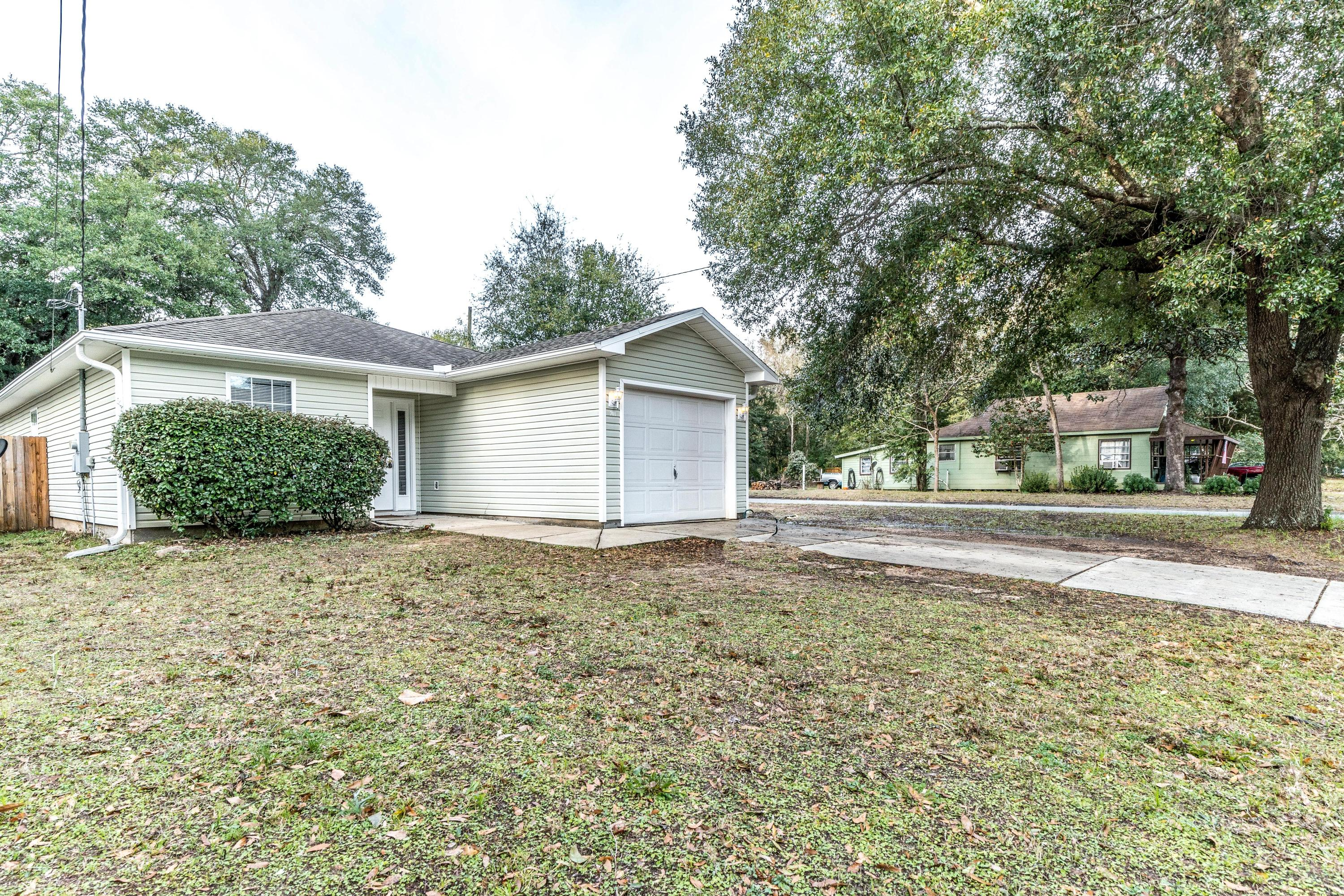 Photo of home for sale at 701 Chestnut, Crestview FL