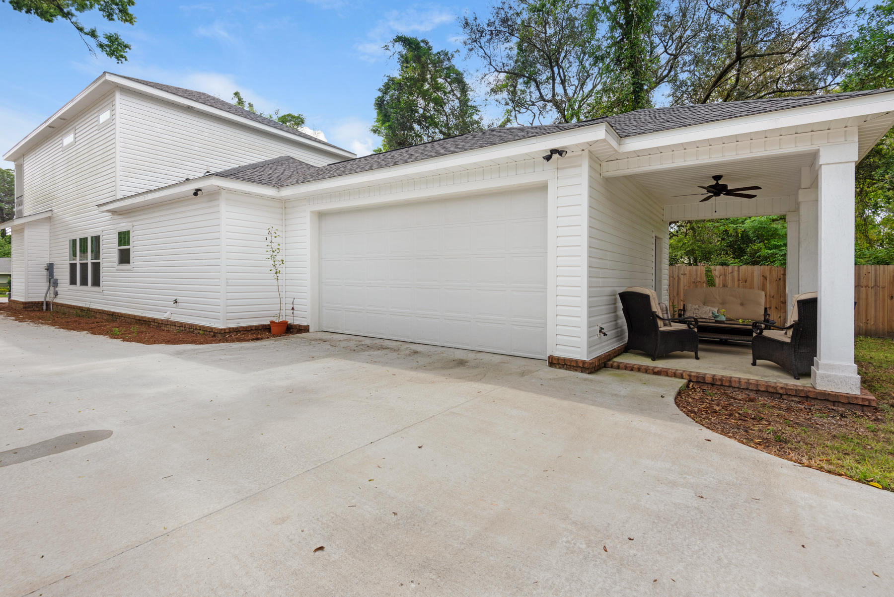 Photo of home for sale at 2110 Bayshore, Niceville FL