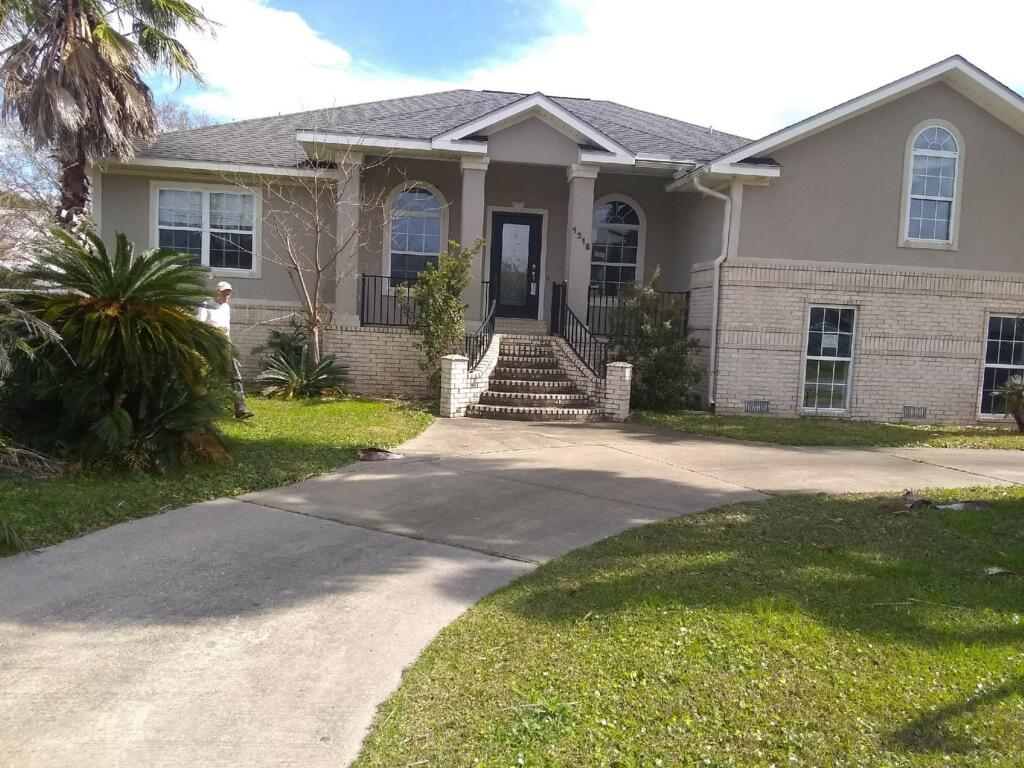 Photo of home for sale at 1318 Ceylon, Gulf Breeze FL