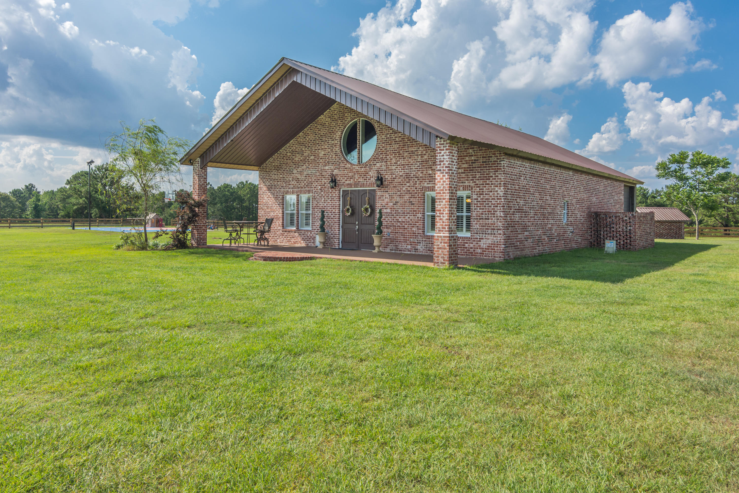 Photo of home for sale at 126 Tall Oaks, Defuniak Springs FL