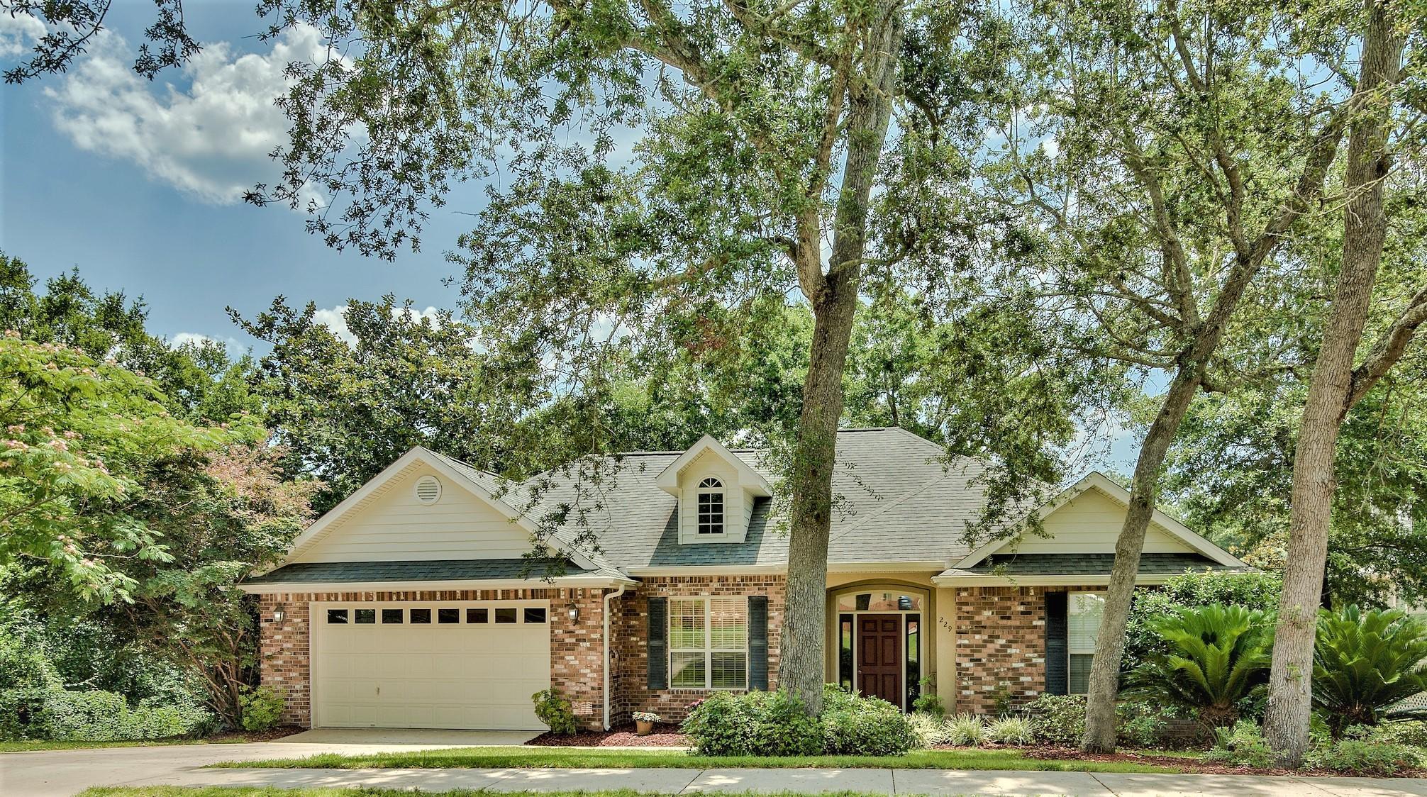 Photo of home for sale at 229 Hillside, Niceville FL